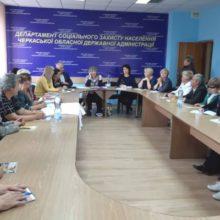 Соціальний захист людей з інвалідністю обговорили за круглим столом у Департаменті соціального захисту населення обласної державної адміністрації.