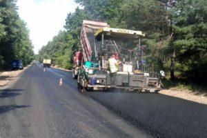 Завершується влаштування верхнього шару асфальтобетону на автодорозі Р-10 у селі Софіївка Черкаського району
