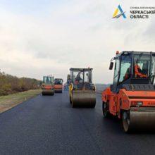 Дорожники влаштовують верхній шар на автодорозі Н-16 біля Черкас