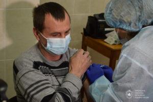 У центрах масової вакцинації в Україні щепили 31 тисячу людей
