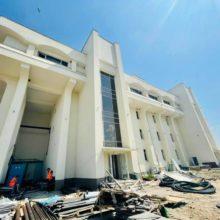 На будівництві у Каневі робітники метушаться у посиленому ритмі