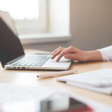 Яким чином визначається база для нарахування ЄВ найманому працівнику, якому нарахована заробітна плата та відпускні за поточний та майбутні періоди?